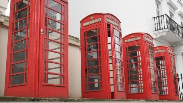 Londýn. Anglické červené telefonní budky.
