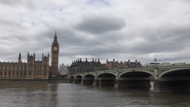 Big Ben tower a most na řece.
