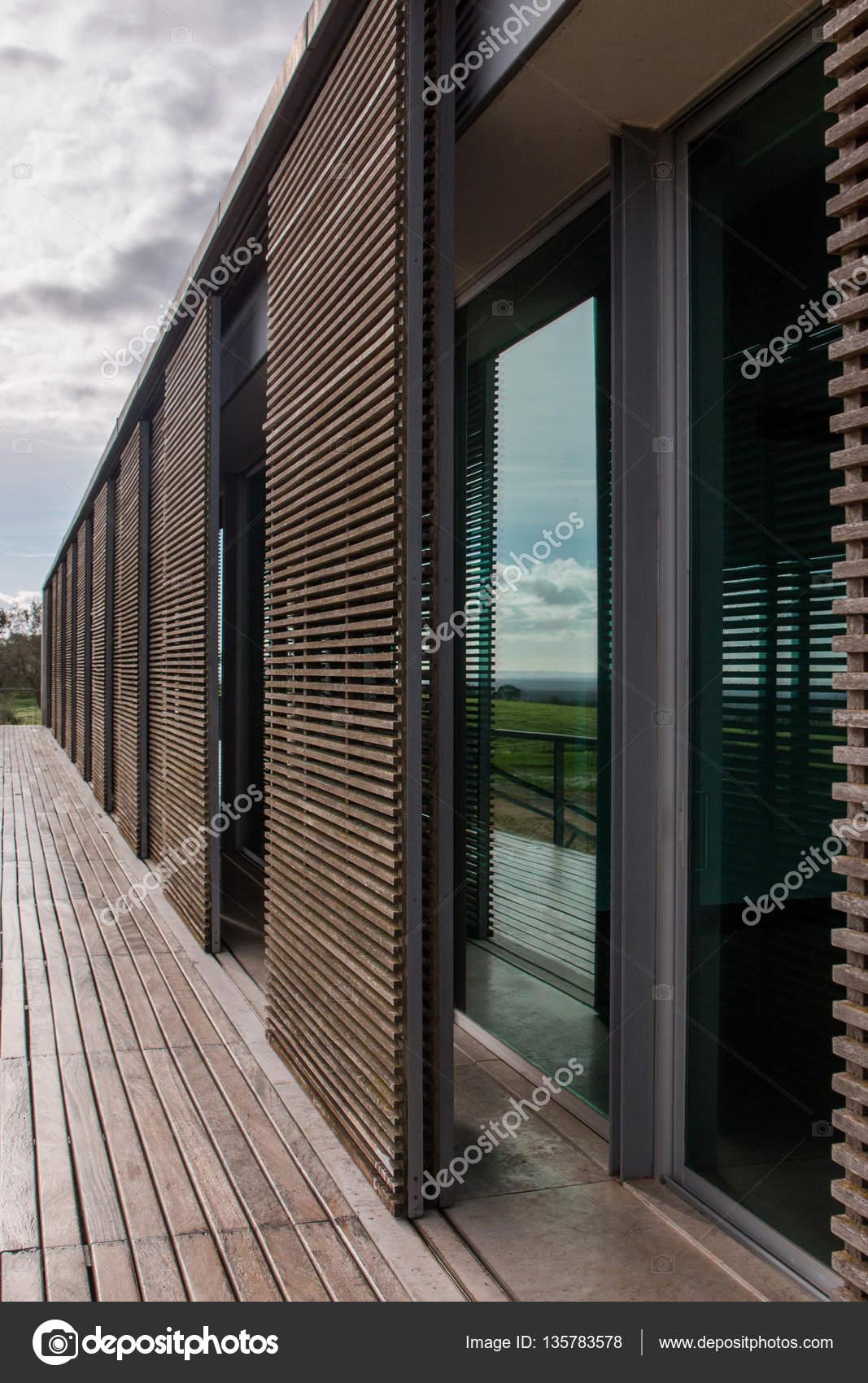 außen Holz Streifen Haus — Stockfoto © membio #135783578