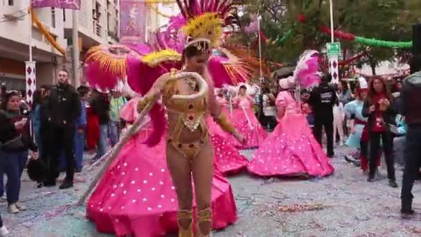Loule, Portugália - 2017 február: Színes karnevál (Carnaval) Parade fesztivál résztvevői a város Loule, Portugália