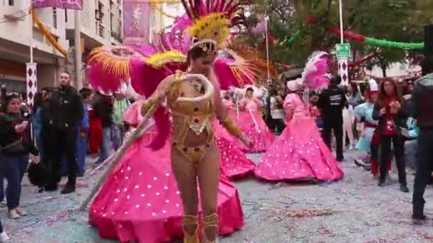 Loule, Portugalsko - únor 2017: Barevný karneval (Carnaval) Parade účastníky festivalu na město Loule, Portugalsko