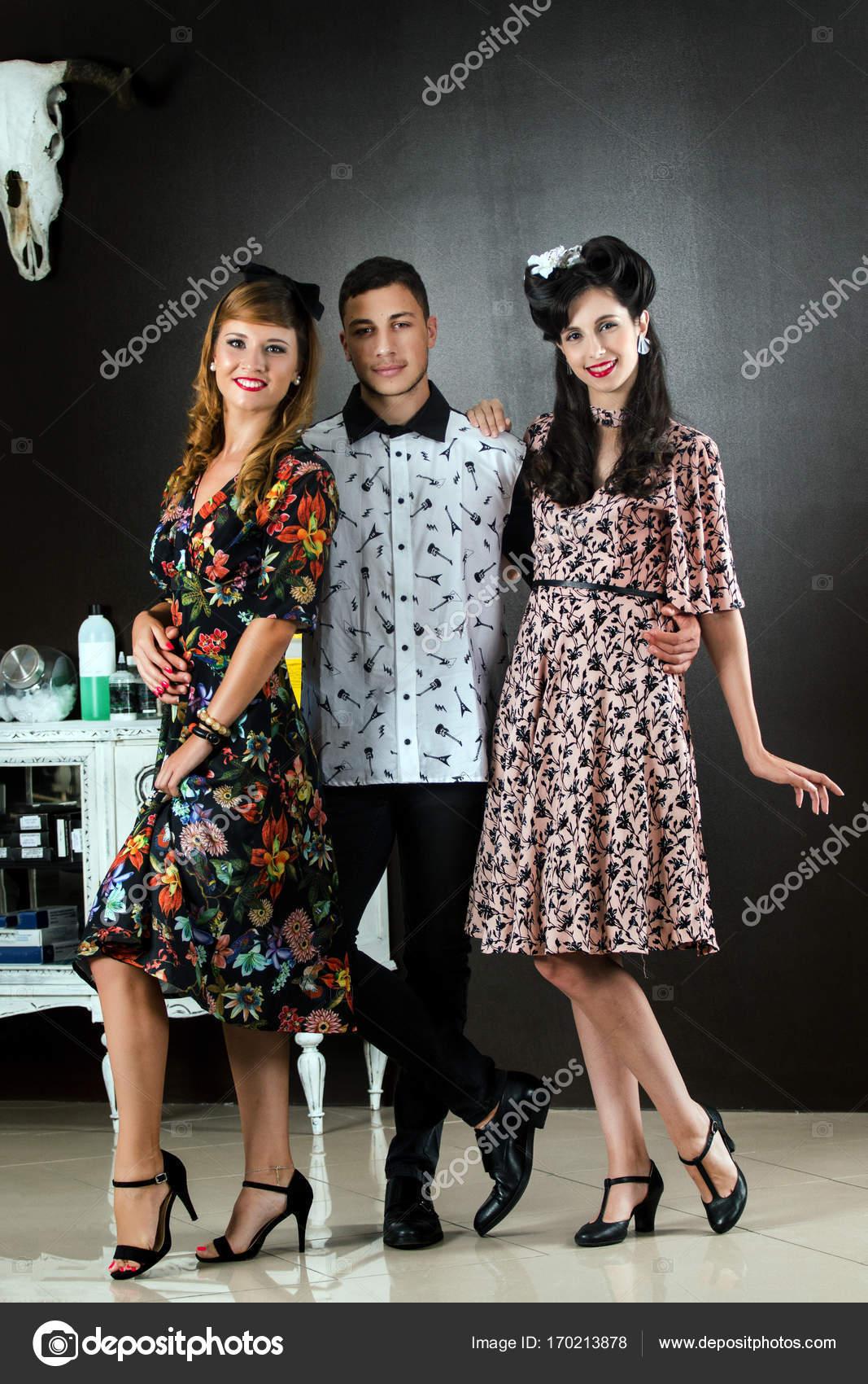 molti alla moda acquista per ufficiale bambino Trio in posa in abbigliamento retrò — Foto Stock © membio ...