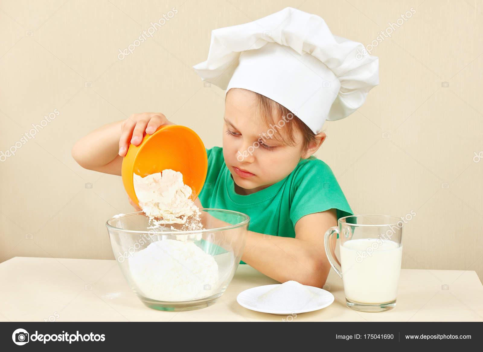 Kleine Lustige Chef Giesst Mehl Fur Den Kuchen Backen Stockfoto