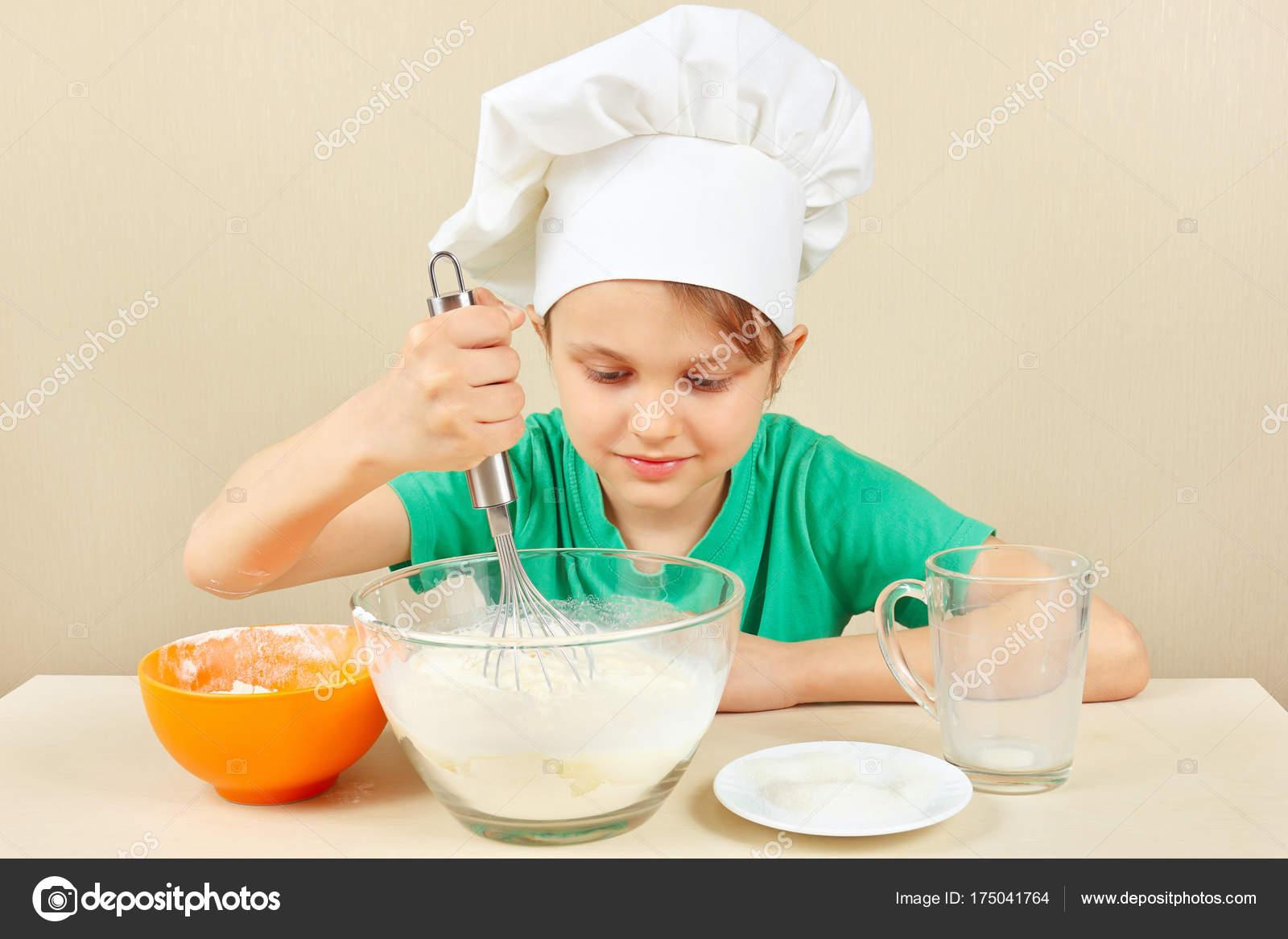 Kleine Lustige Koch Bereitet Teig Fur Den Kuchen Backen Stockfoto