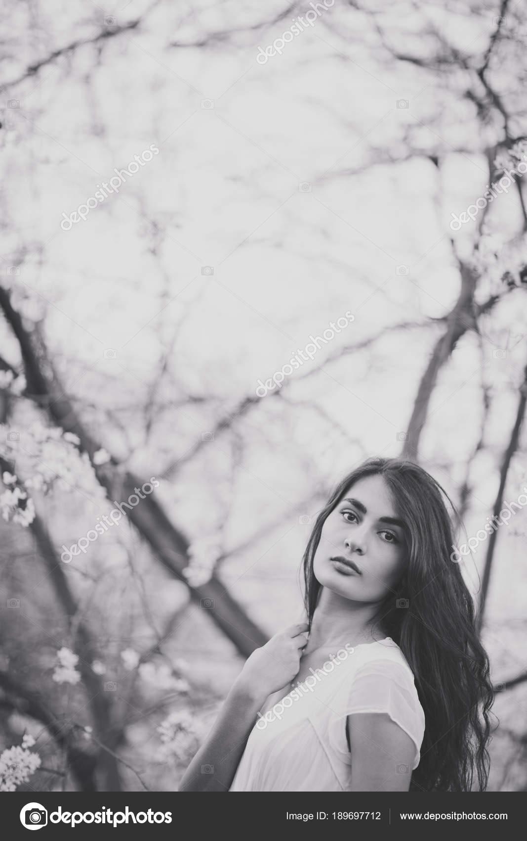Фото девушек красивых брюнеток у дерева сучку зад