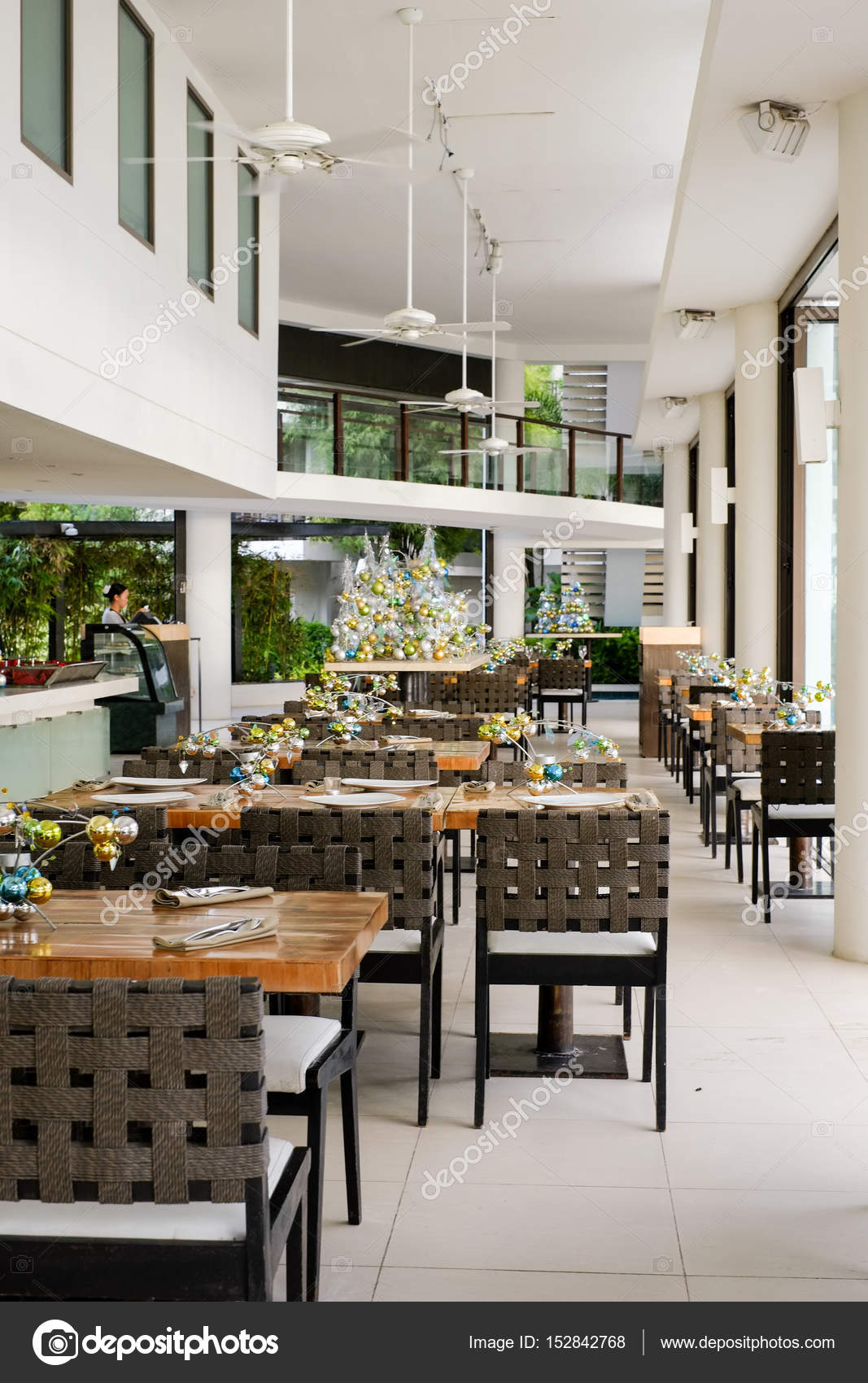 mooie elegante interieur strand restourant met kerstdecoratie stockfoto