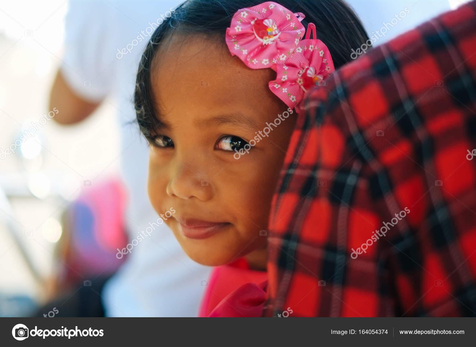 Niedliche kleine Mädchen im rosa Kleid mit weißen Blumen ...
