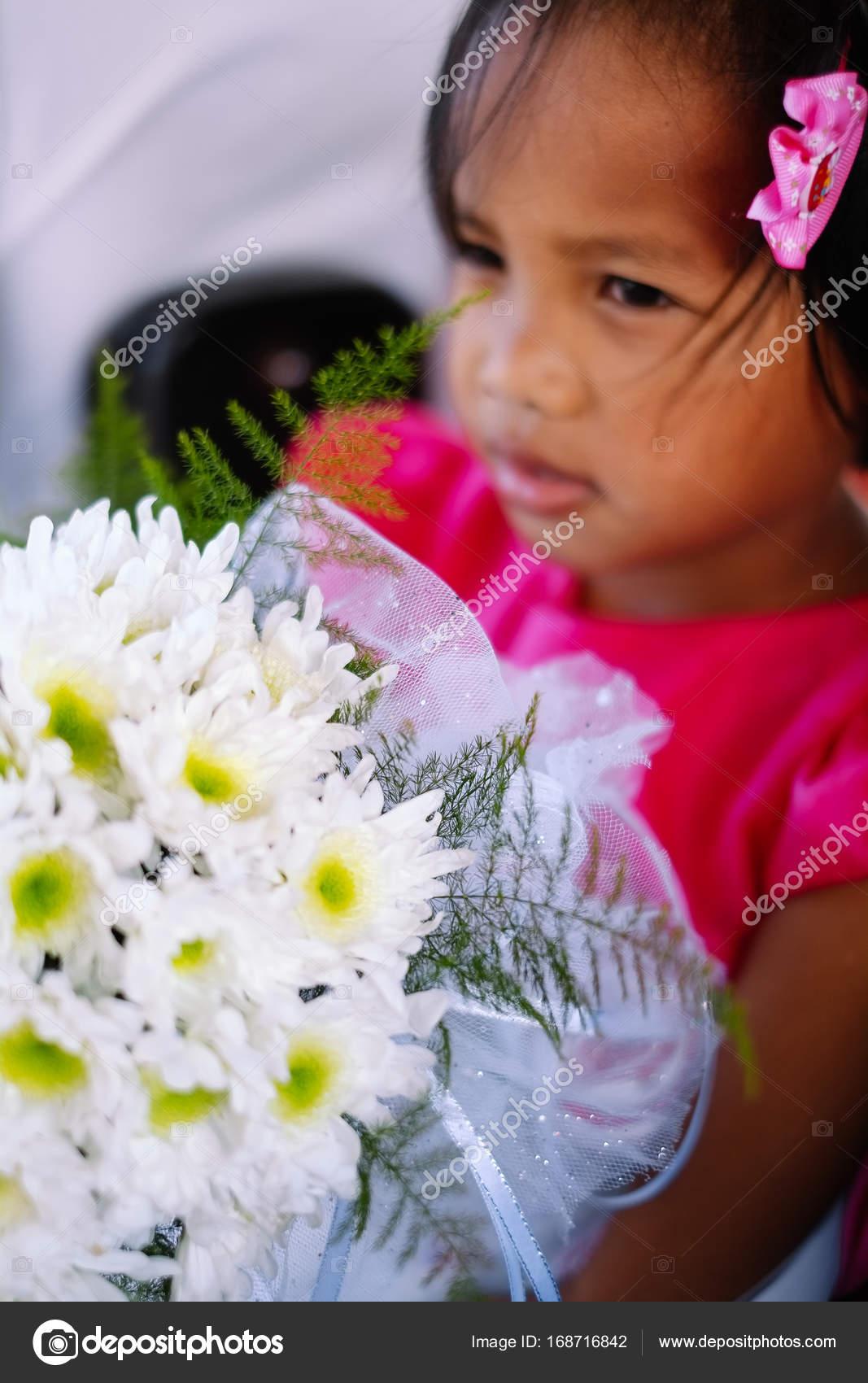 87a8c52d8103 Χαριτωμένο κοριτσάκι σε ροζ φόρεμα κρατώντας λευκά λουλούδια μπουκέτο σε  γαμήλια γιορτή. Κοριτσάκι λουλουδιών στο γάμο — Εικόνα από ...