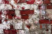 textura staré zdi staré budovy zničené omítky vrstvou a popraskané červené cihly, abstraktní pozadí