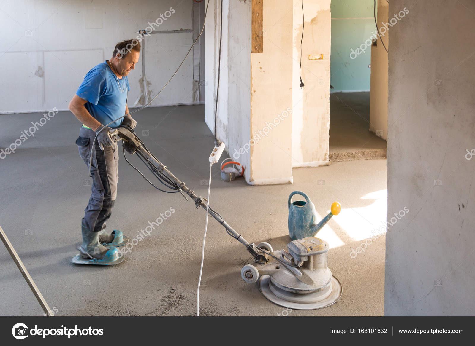 Arbeider zand en cement dekvloer vloer polijsten u stockfoto