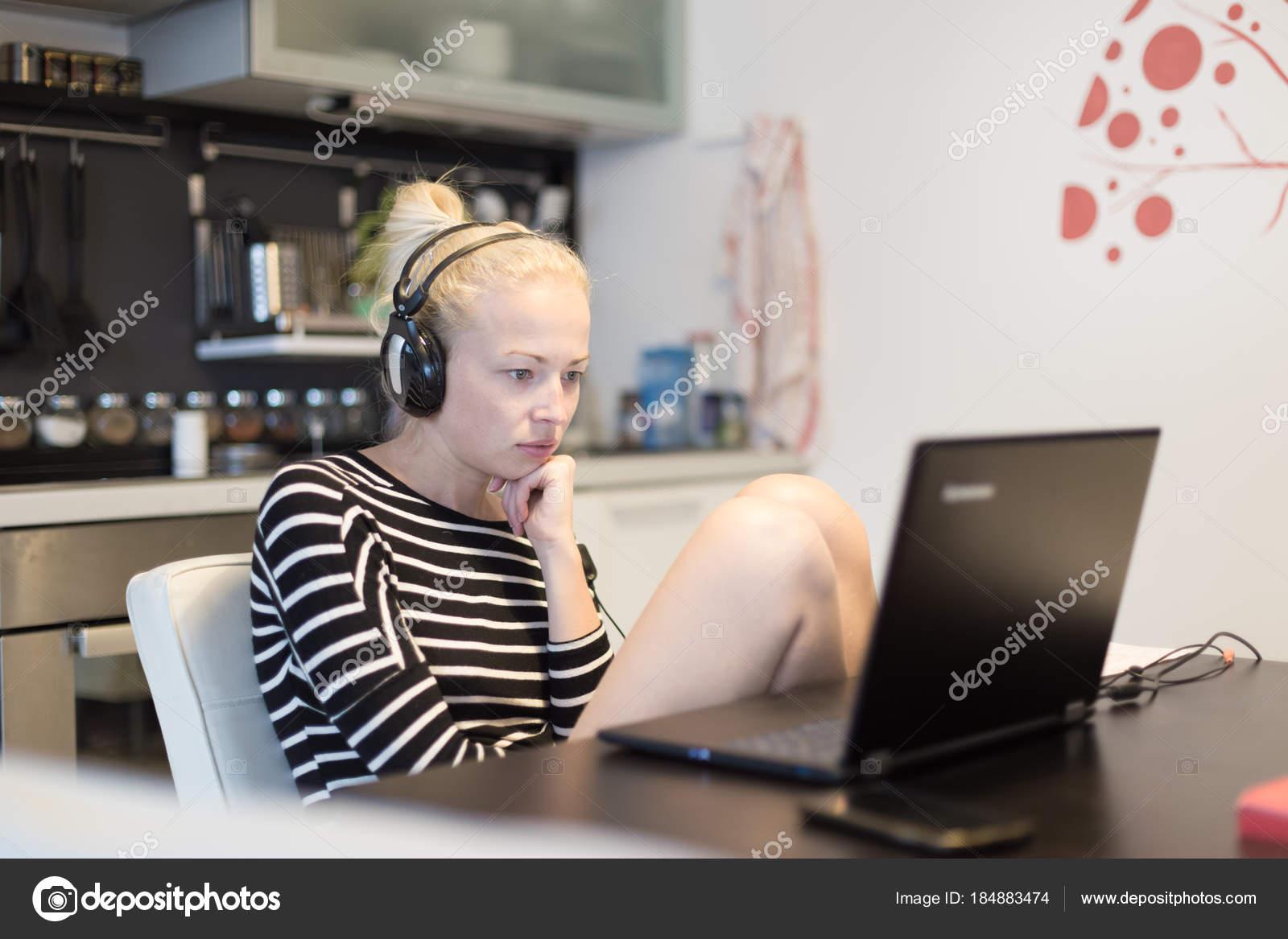 Erwachsenen Frau in ihrem Hause Freizeitkleidung arbeiten und ...