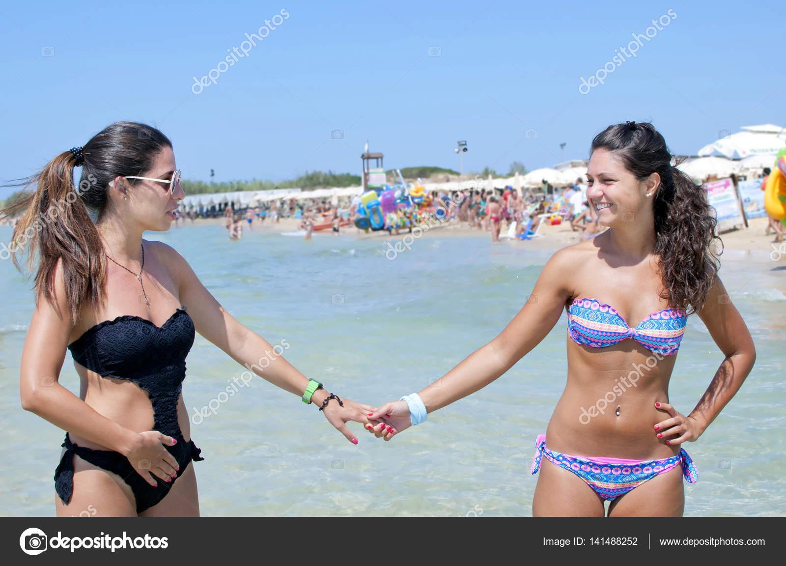 vackra kvinnor i bikini