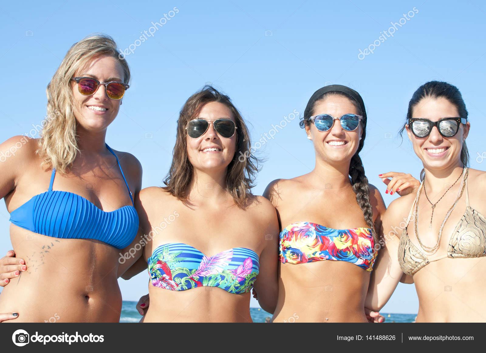 Fotos Chicas En Viquinis Grupo De Sonrientes Mujeres En