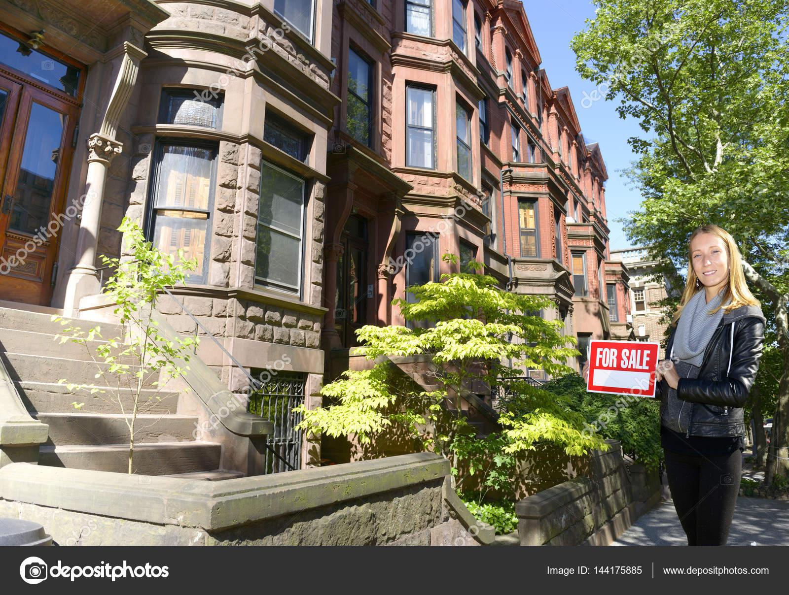 Landelijk Huis Nyc : Vrouw weergegeven huis te koop ondertekenen in new york city