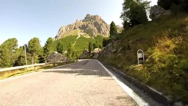 Projížděl Pordoi horský průsmyk, Dolomity, Itálie