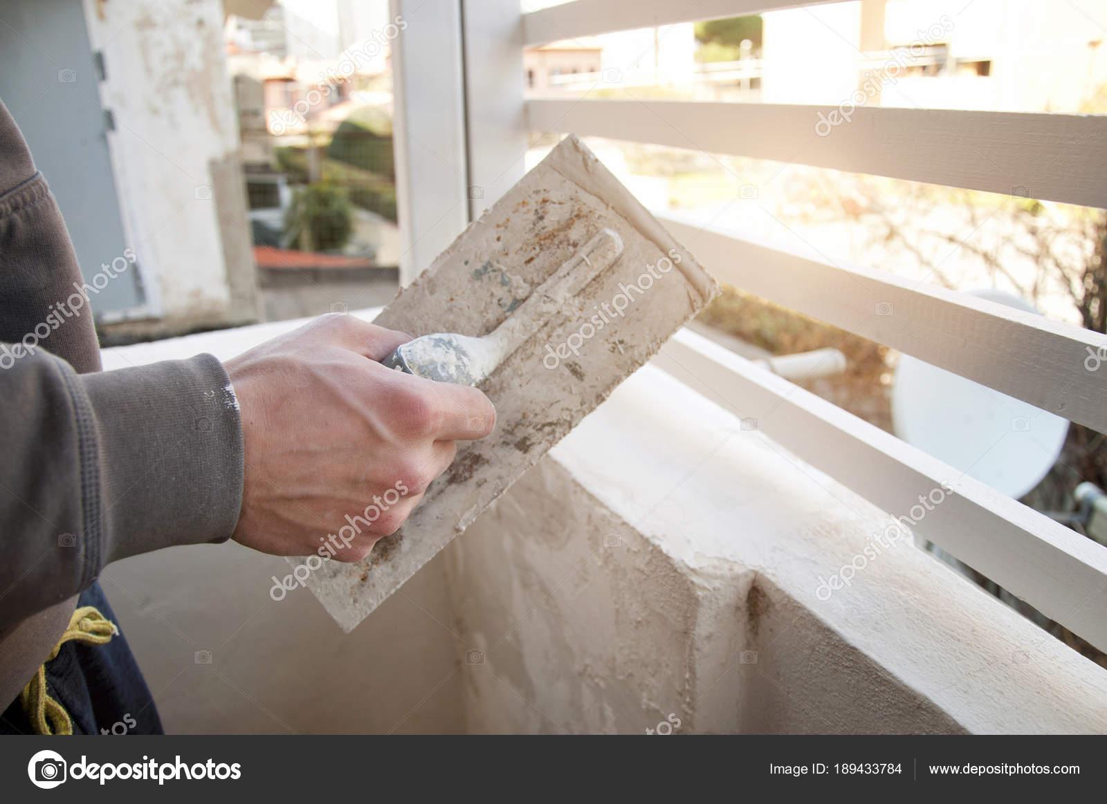Man Verputzen Wand Auf Terrasse — Stockfoto © katy89 #189433784