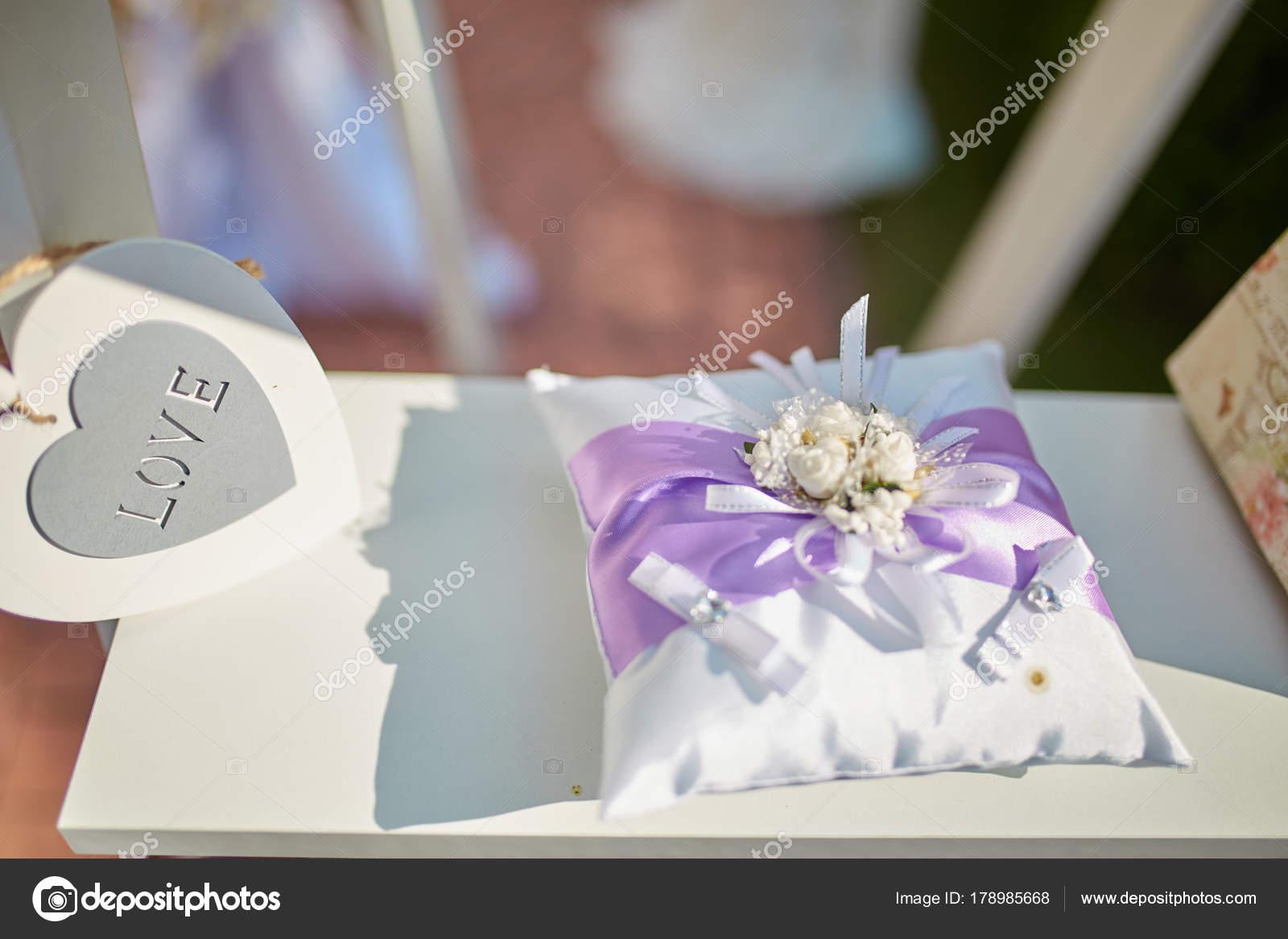 Glas Mit Blumen Hangen Vom Lehrstuhl Fur Hochzeit Stockfoto