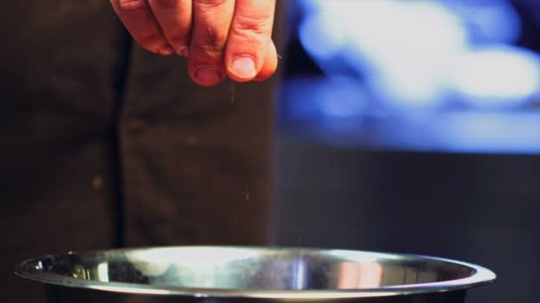 A séf paprikát tesz a Pilafra. Bors hozzáadása kézzel az ételhez. Közelkép kaja. Főzési folyamat. Séf Főzés Tál. A séf ételt készít. (Vörös Sárkány, Lassú Mozgatás, Filmminőségi makrofilm).. Hozzáadás