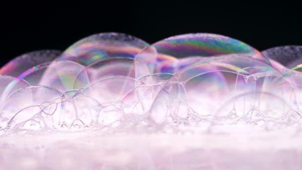Mýdlové bubliny Makro střílet. Čisté měkké elegantní světlé záběry pozadí. Barva mýdlových bublin. Mytí dezinfekce. Pěna Backdrop. Fotoaparát Red Dragon (zpomalený film vysoké kvality).