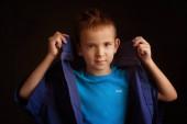 Stúdió portré egy fiú egy kék klasszikus pulóver egy sötét háttér