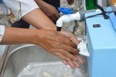 TARAKAN - INDONESIA, 27 Mart 2020: Halkın su tankından oluşan el yıkama ve el yıkama tesisleri, Tarık Kent yönetimi tarafından, Corona covid-1 'in yayılmasını önlemek amacıyla sağlanmaktadır.