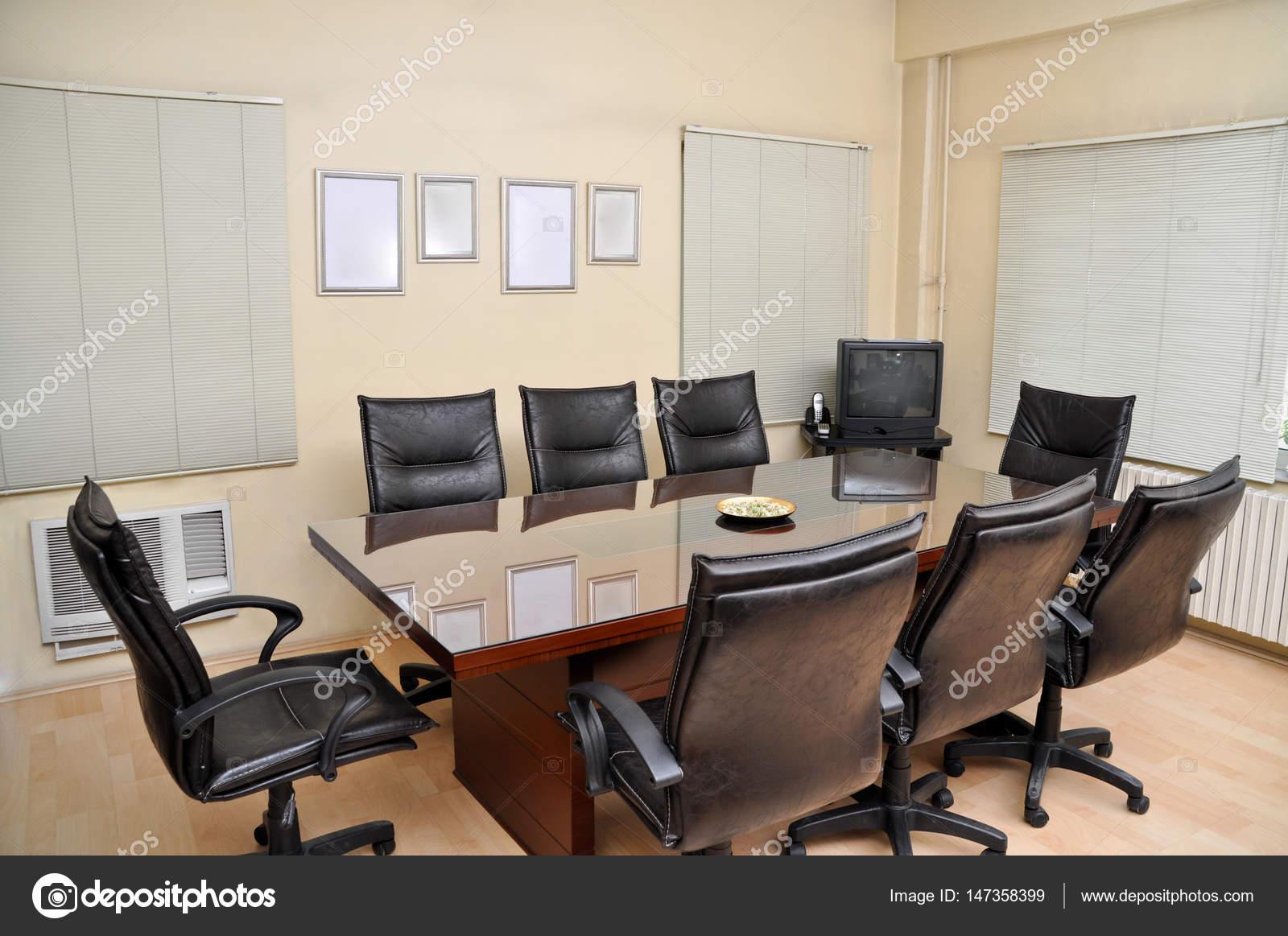 Un tavolo da riunione — Foto Stock © sserdarbasak #147358399