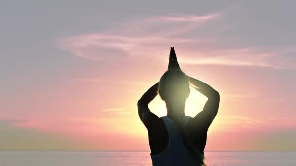 meditál a tengerparton napnyugtakor nő