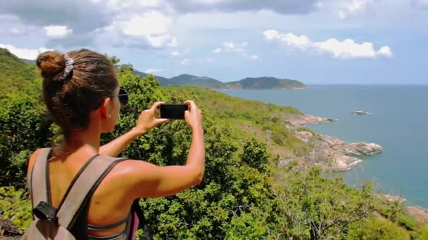 Mladá žena s foto panorama s smartphone
