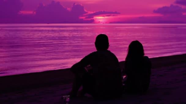 Silueta romantický pár sledování západu slunce
