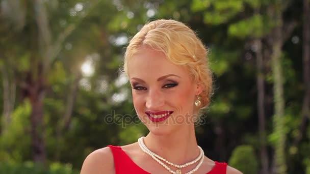 Piros ruhás szabadtéri gyönyörű nő portréja
