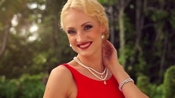 Portrét krásné ženy v červených šatech venkovní