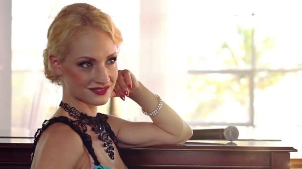 Krásná zpěvačka žena retro styl
