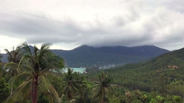Čas zanikla hory ostrova v oblacích
