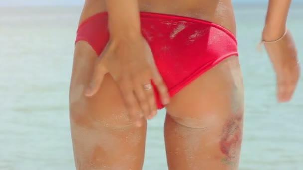 Sandy sexy natiche della donna sulla spiaggia tropicale