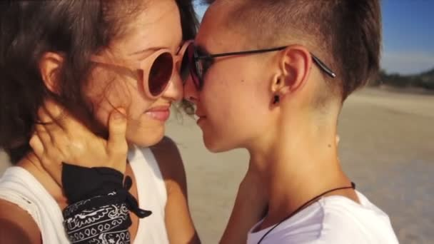 Mladý pár objímat společně na pláži