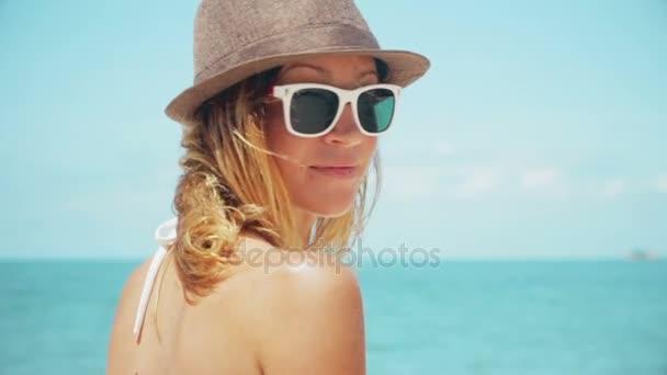 Gyönyörű nő beach vissza néztem mosolygó lassított kamera
