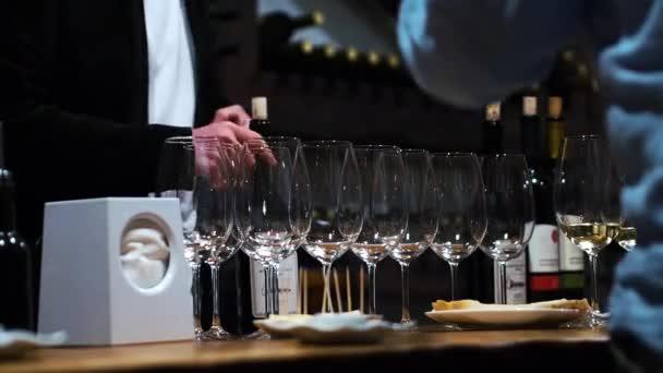 Menschen bei einer Weinprobe im Keller