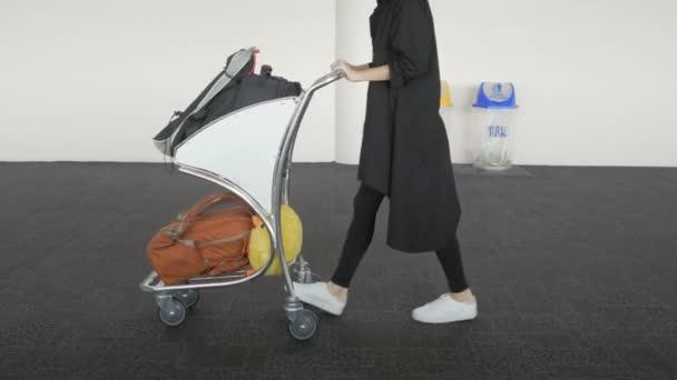 Žena cestující nohy, holka chodit s případem vozík na letištní terminál