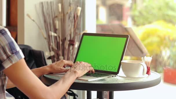Közeli kép a férfi kezét használ laptop kávézóban zöld képernyő, állítsa be, 8 lövés