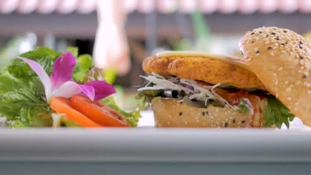 Vegetariánské hamburger se zeleninou. vegetariánský burger podávané na bílé desce. 2 snímky