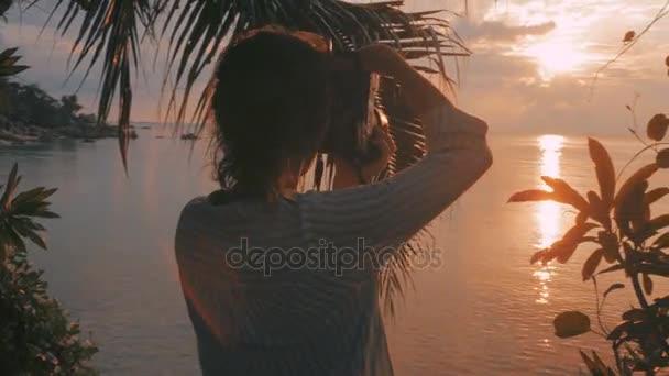 Mädchen fotografieren bei Sonnenuntergang mit Dslr-Kamera
