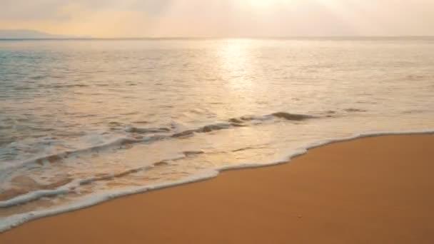 Západ slunce na pláži, idylické scény z zlatý západ slunce nad mořem