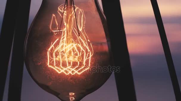 Vintage žárovka svítí