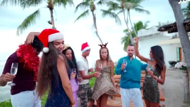 Gruppe fröhlicher Menschen gemischter Rassenfreunde feiert Weihnachten und Neujahr