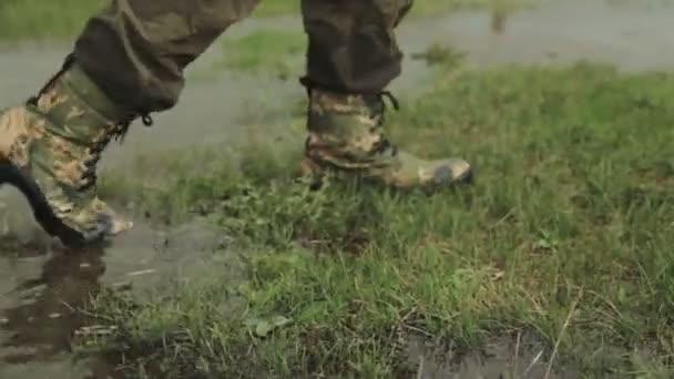 Egy ember megy a hadsereg csizma