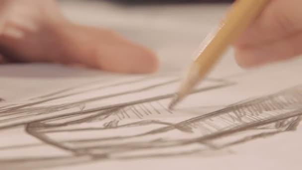 Keze felhívni egy ceruzával. Designer vonal rajzolása a papíron. Közeli kép: