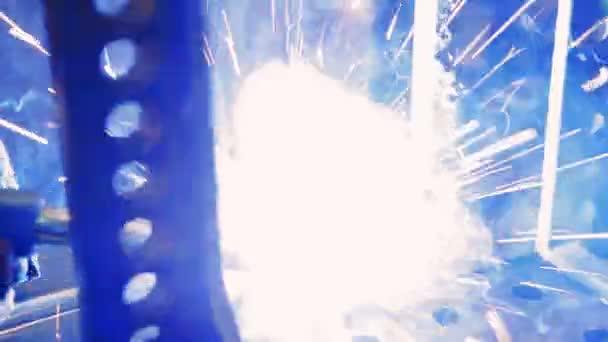 Schweißer bei der Arbeit in der Metallbranche. Arbeiter in einer Fabrik Schweißen. Closeup