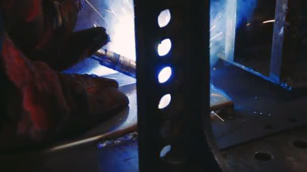 Svářeč v práci v odvětví kovů. Svar na průmyslový závod. Detailní záběr