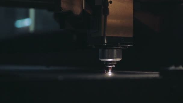 Laserové řezání plechů. Detailní záběr