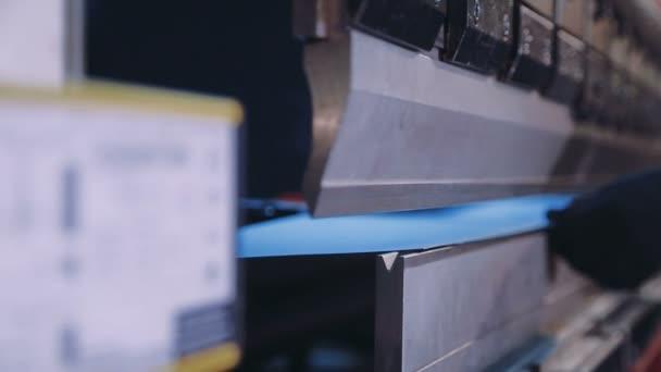 Lisování plechů na stroj-nástroj závodu. Closeup